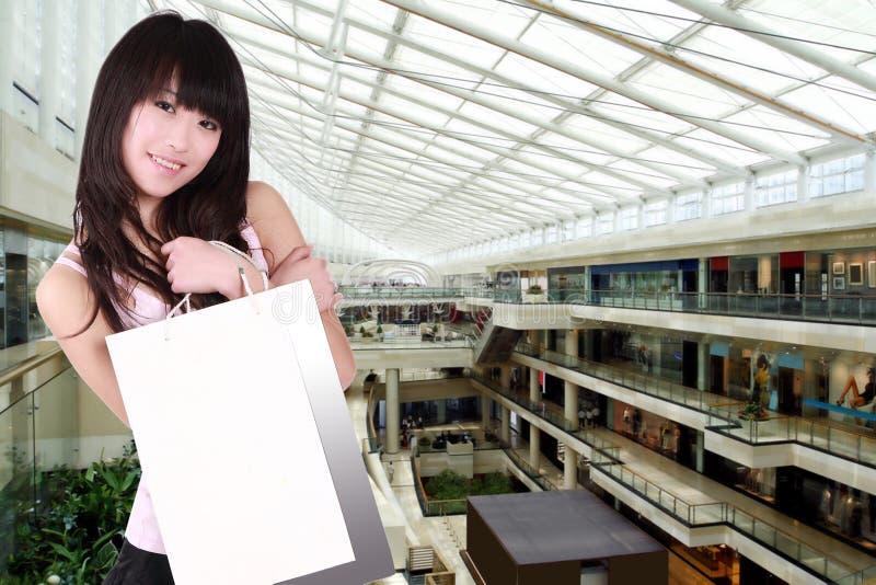 Aziatisch winkelend meisje stock afbeelding