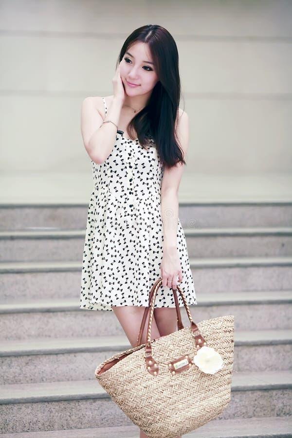 Aziatisch winkelend meisje binnen stock afbeelding