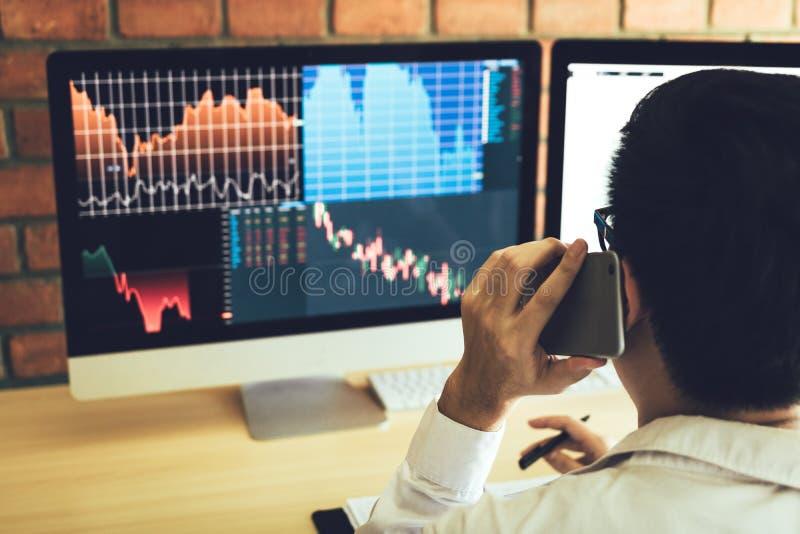 Aziatische agentenmens die en analyse in bureau en markt financiële grafieken en grafieken behandelen en aan klant roepen werken stock afbeeldingen
