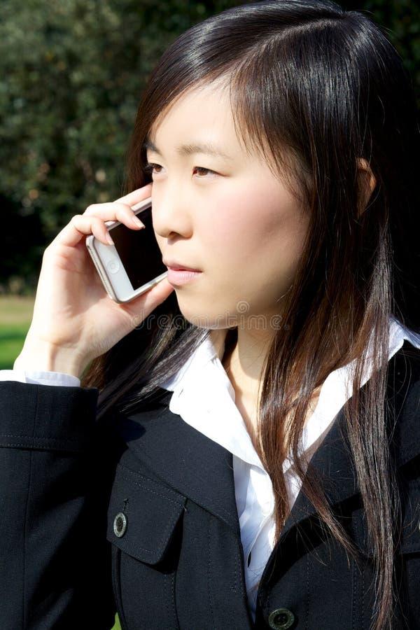 Aziatische Amerikaanse bedrijfsvrouw op de telefoon stock afbeelding