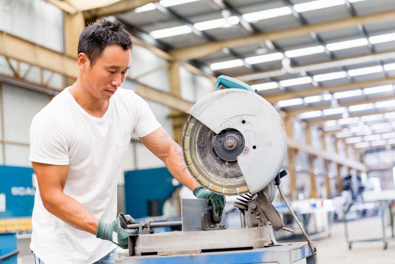 Aziatische arbeider in productie-installatie op de fabriek stock afbeeldingen