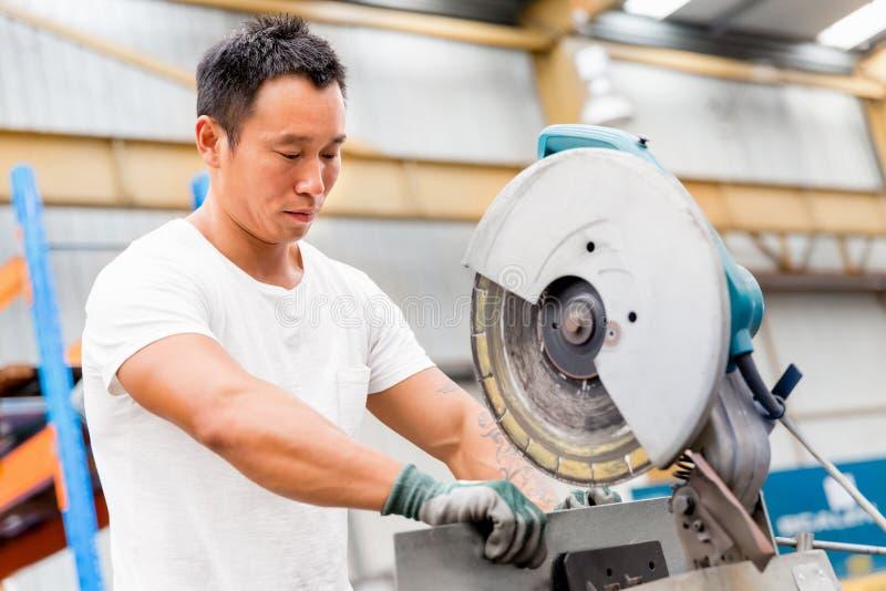 Aziatische arbeider in productie-installatie op de fabrieksvloer royalty-vrije stock foto's