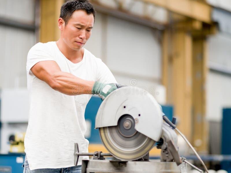 Aziatische arbeider in productie-installatie op de fabrieksvloer royalty-vrije stock afbeeldingen