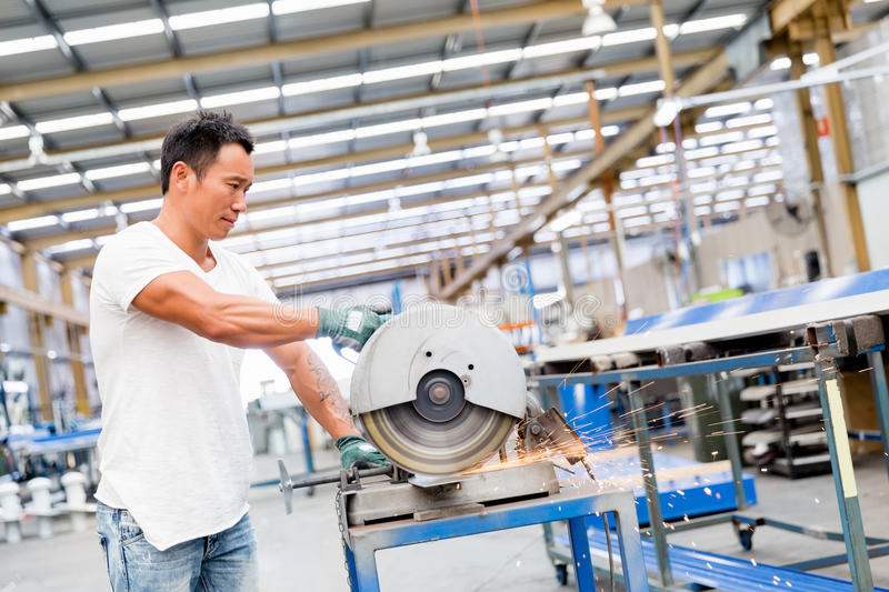 Aziatische arbeider in productie-installatie op de fabrieksvloer royalty-vrije stock foto