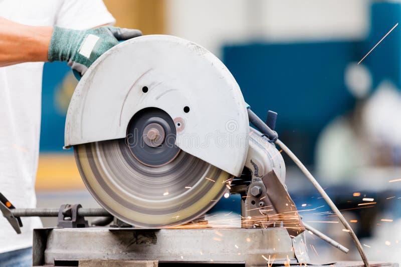Aziatische arbeider in productie-installatie op de fabrieksvloer royalty-vrije stock afbeelding
