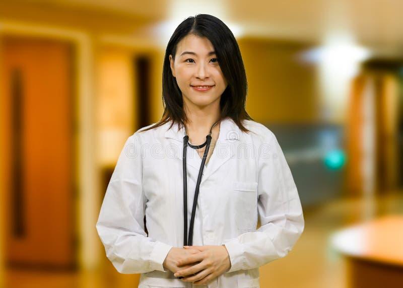 Aziatische arts in het ziekenhuis stock foto's