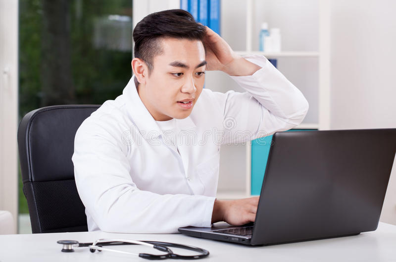 Aziatische arts tijdens het werk stock fotografie