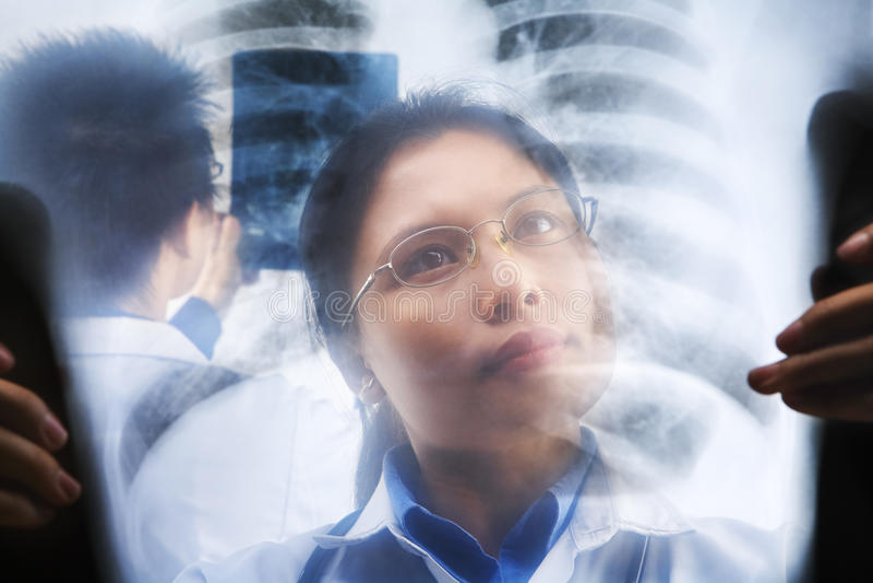 Aziatische artsen bezig het werken stock afbeeldingen