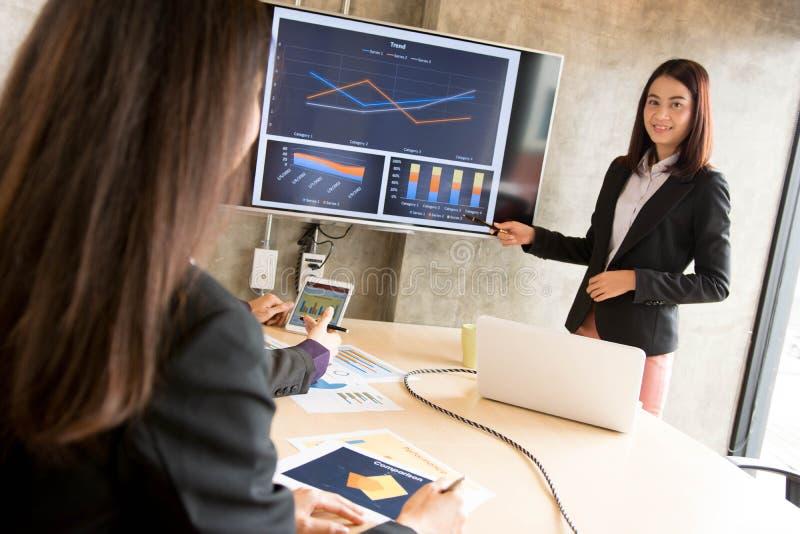 Aziatische beambte in presentatie stock afbeeldingen