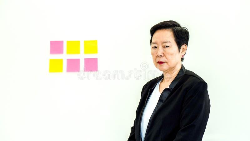 Aziatische bedrijfs hogere vrouwen ongelukkige uitdrukking met exemplaar ruimten stock foto's