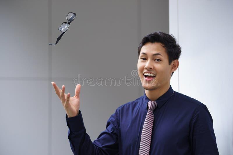 Aziatische bedrijfsmens die het zicht van oogglazenglazen werpen stock afbeelding