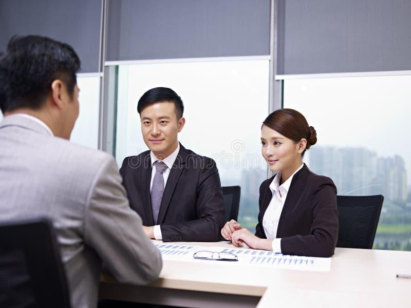 Aziatische bedrijfsmensen stock foto's