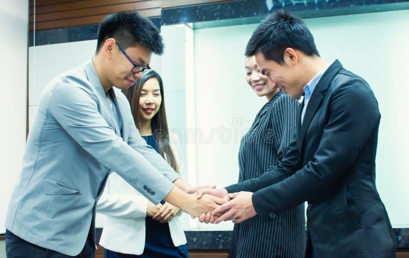 Aziatische bedrijfsmensen die handdruk voor bedrijfsaanwinst maken stock afbeeldingen