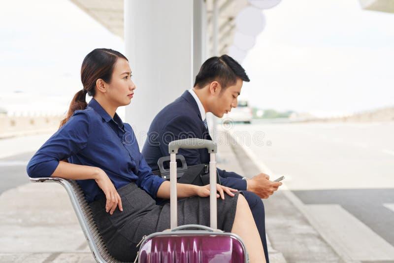 Aziatische Bedrijfsmensen die op Taxi wachten stock fotografie