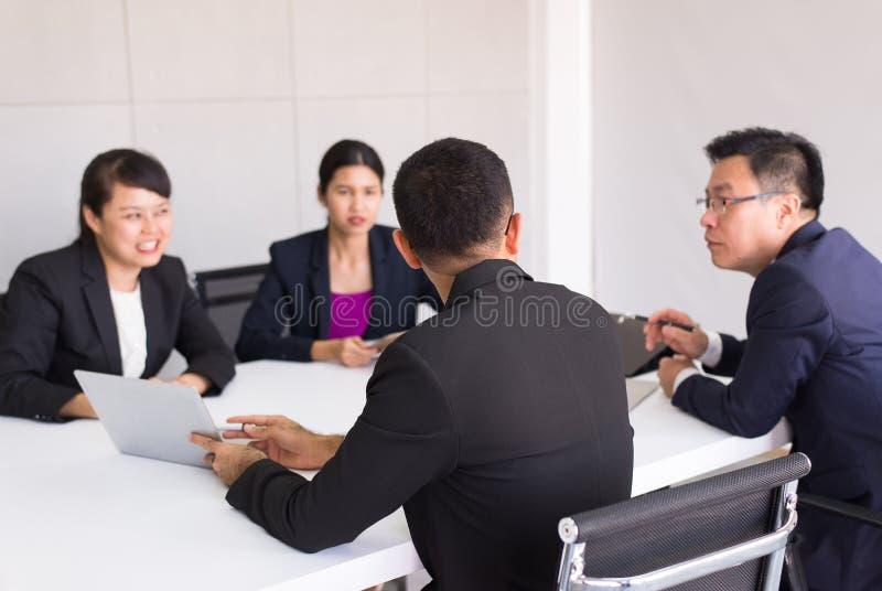 Aziatische bedrijfsmensen in ruimtevergadering, Teamgroep die samen in conferentie op kantoor bespreken stock fotografie