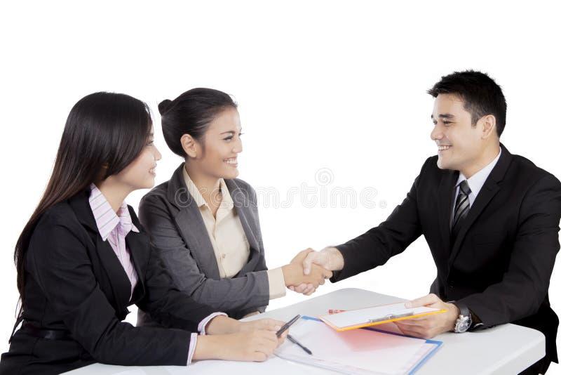 Aziatische bedrijfsmensenhanddruk in een vergadering stock afbeelding