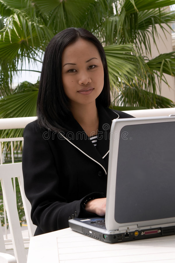 Aziatische BedrijfsVrouw bij Laptop Computer stock afbeeldingen