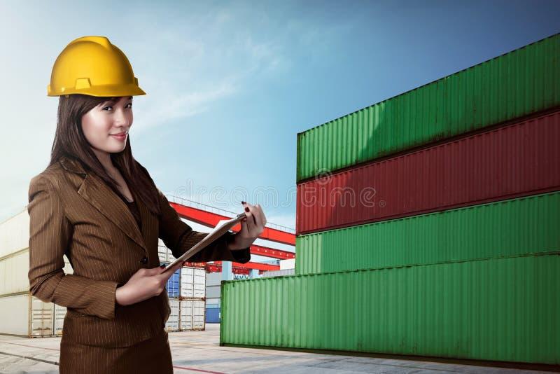 Aziatische bedrijfsvrouw die bouwvakker dragen stock foto