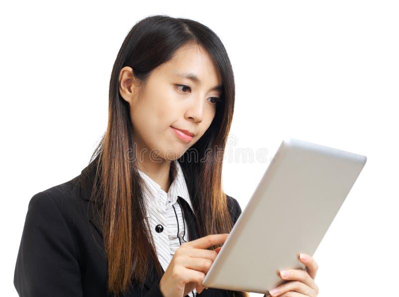 Aziatische bedrijfsvrouw die computertablet gebruiken stock foto's