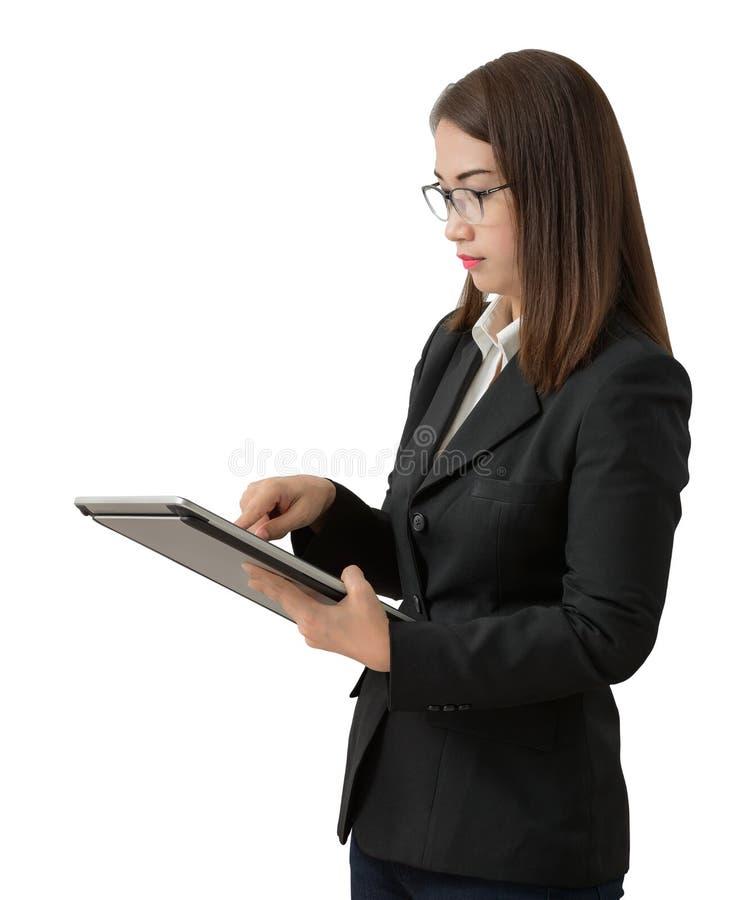Aziatische bedrijfsvrouw die geïsoleerde tablet gebruiken stock foto's