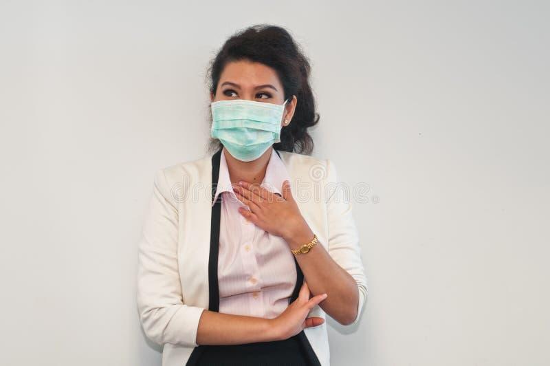 Aziatische bedrijfsvrouw die keelpijn hebben stock afbeeldingen