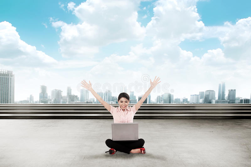Aziatische bedrijfsvrouw, die met laptop werken stock foto