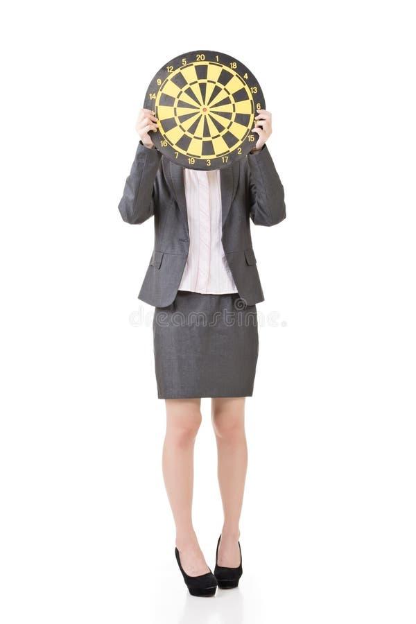Aziatische bedrijfsvrouw met een dartboard royalty-vrije stock fotografie