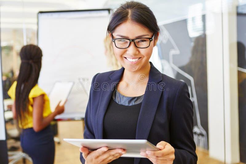 Aziatische bedrijfsvrouw met tabletcomputer stock foto