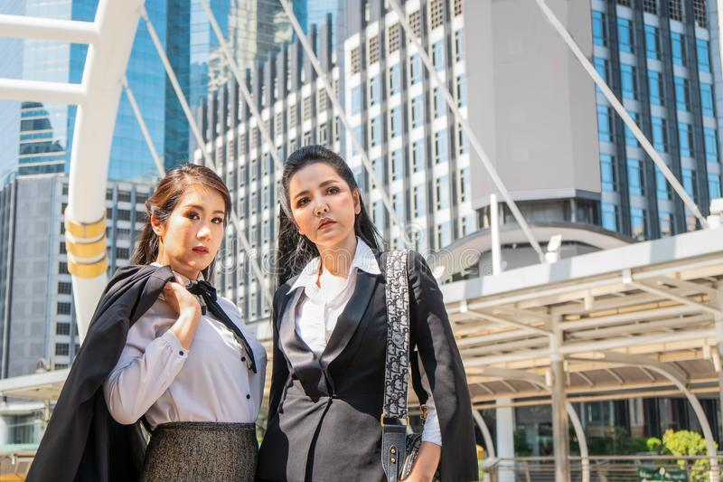 Aziatische bedrijfsvrouwen die zich openlucht in stad verenigen royalty-vrije stock afbeeldingen