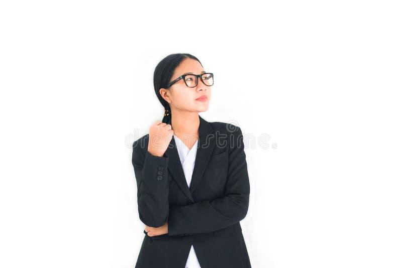 Aziatische bedrijfsvrouwen zeker op witte achtergrond - Portret jong meisje in oogglazen met het bedrijfsvrouwen eenvormige werk stock afbeelding
