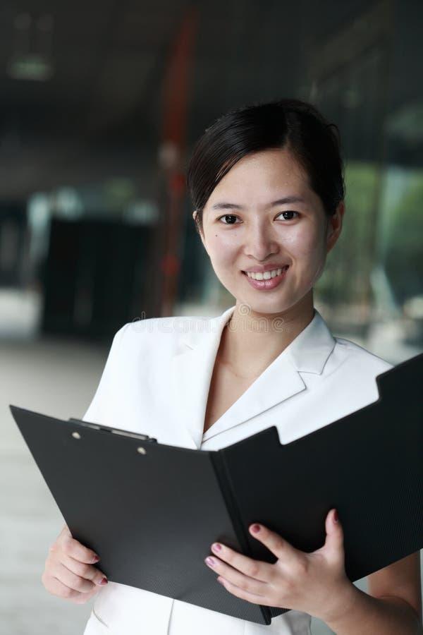 Aziatische bedrijfsvrouwenholding met omslag stock afbeeldingen