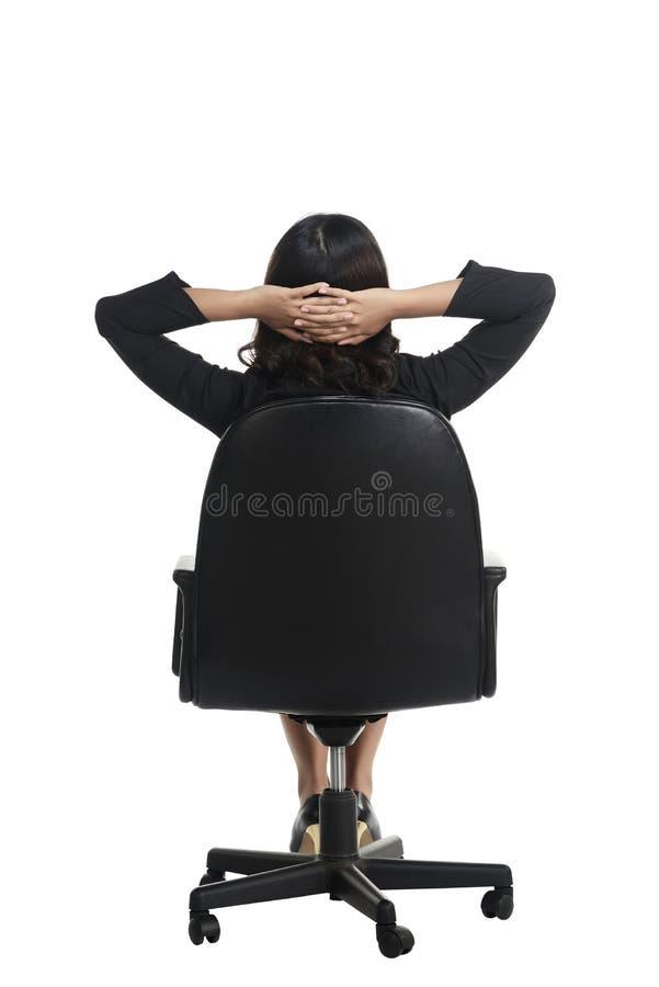 Aziatische bedrijfsvrouwenzitting backview stock afbeeldingen