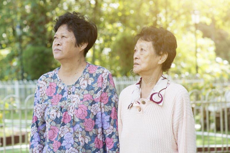 Aziatische bejaarden die bij openlucht lopen royalty-vrije stock foto's