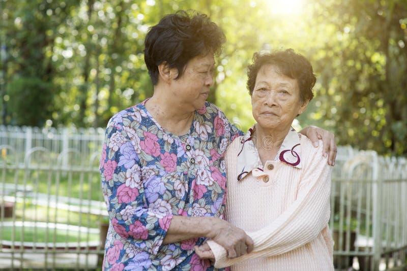 Aziatische bejaardenvrienden stock foto's