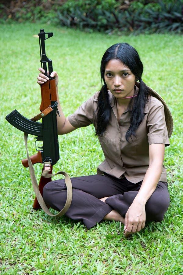 Aziatische bewapende vrouw royalty-vrije stock afbeeldingen