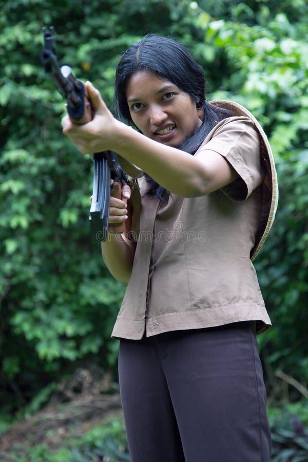 Aziatische bewapende vrouw stock foto