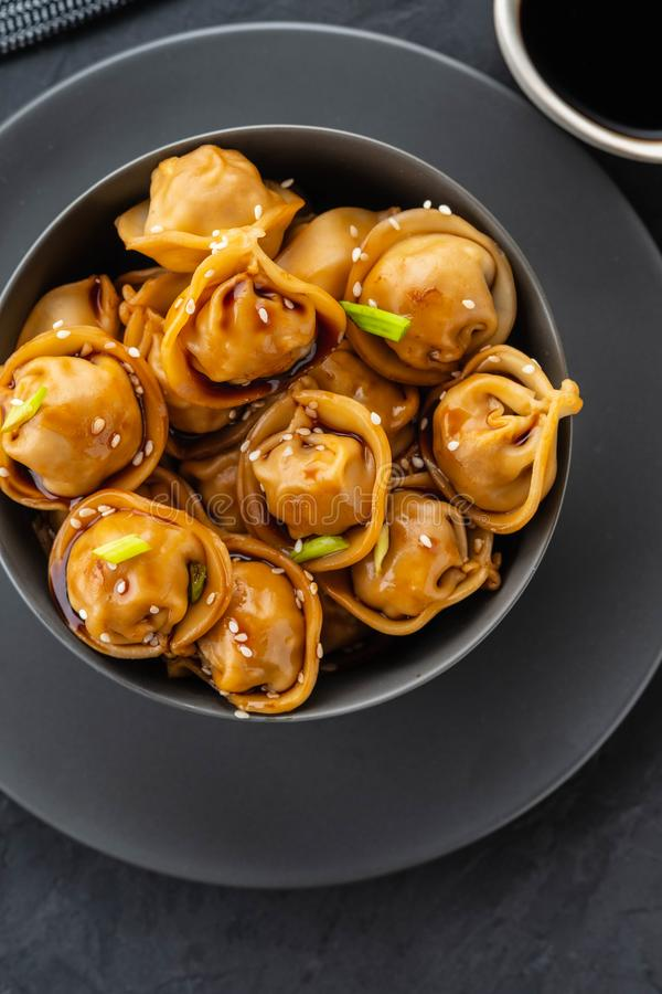 Aziatische bollen in kom, eetstokjes, platen Hashi en ventilator Chinese bollen voor diner Selectieve nadruk Aziatisch stock afbeeldingen