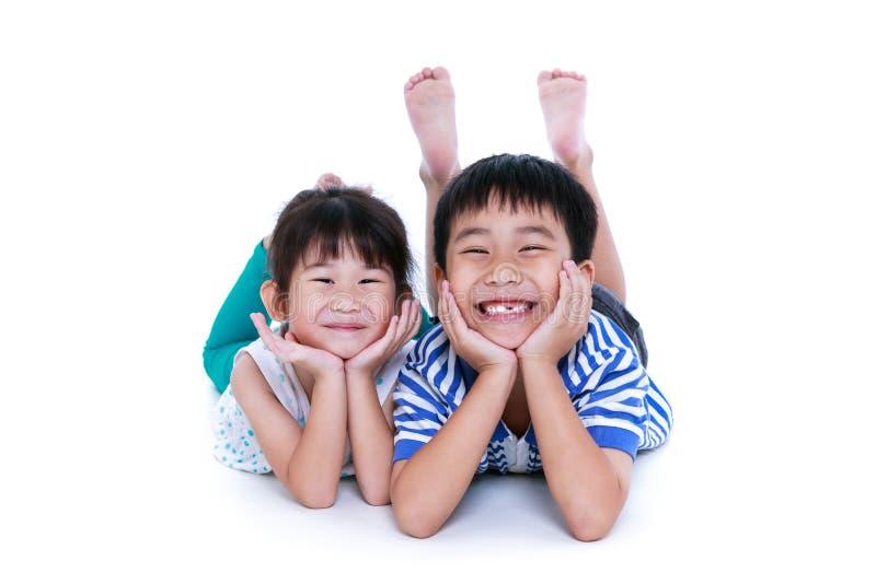 Aziatische broer en zuster die gelukkig hebben samen Het schot van de studio stock foto's