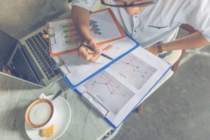 Aziatische bureaumanager die gegevens over verkooprapport controleren royalty-vrije stock afbeeldingen