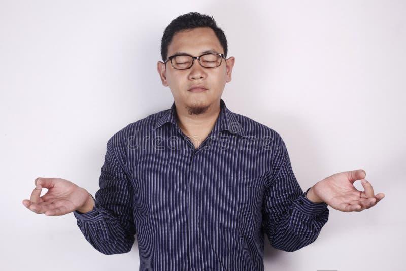 Aziatische Busnessman die Ontspannende Yoga doen royalty-vrije stock afbeeldingen