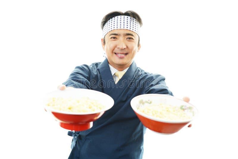 Aziatische chef-kok met noedel royalty-vrije stock foto