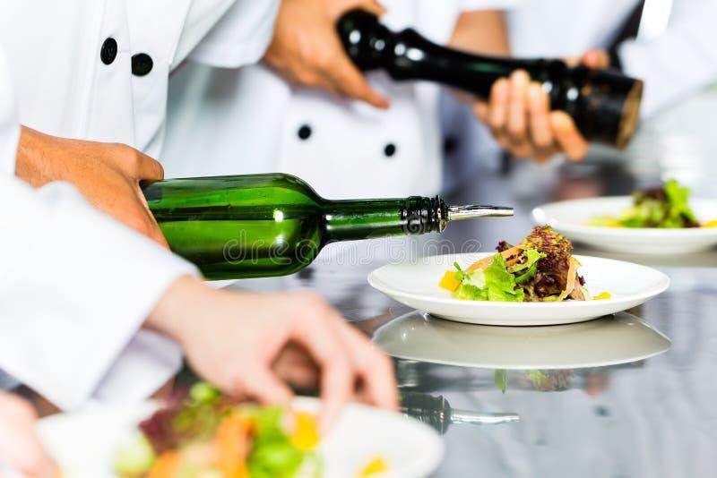 Aziatische Chef-kok in restaurantkeuken het koken royalty-vrije stock afbeelding