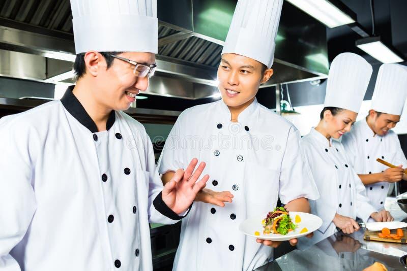 Aziatische Chef-kok in restaurantkeuken het koken royalty-vrije stock fotografie