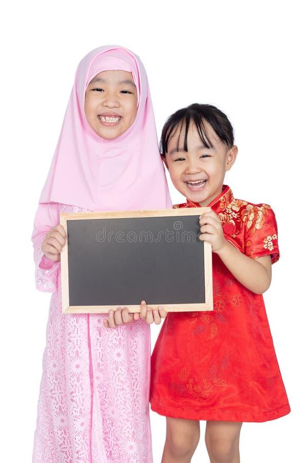 Aziatische Chinese kleine zusters cheongsam en traditioneel M die dragen royalty-vrije stock fotografie