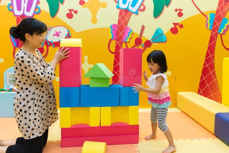 Aziatische Chinese Mamma en Daugther die Reuzeblokken spelen royalty-vrije stock foto