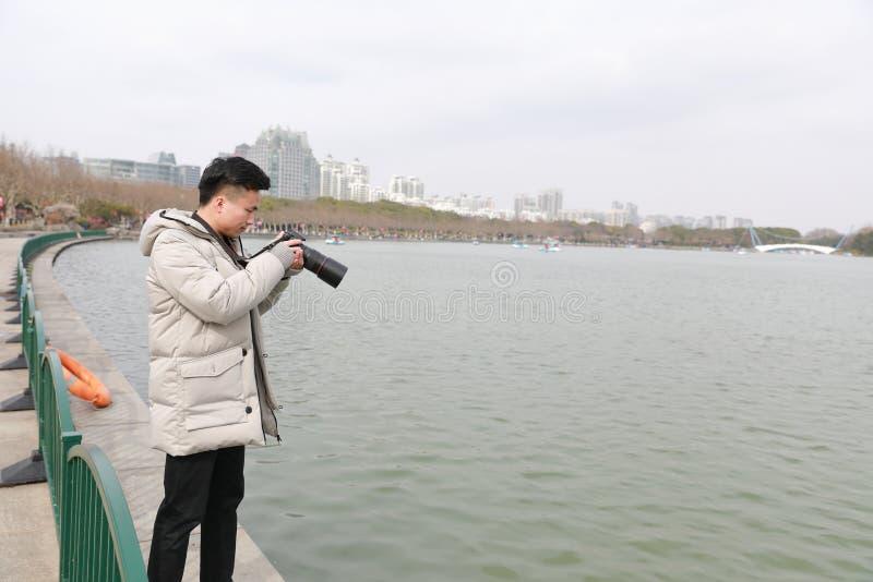 Aziatische Chinese mensenfotograaf in park royalty-vrije stock foto's