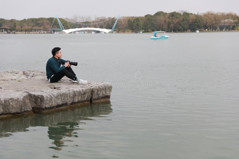 Aziatische Chinese mensenfotograaf in park stock foto's