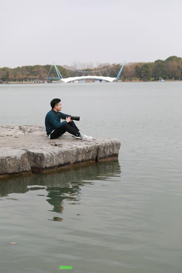 Aziatische Chinese mensenfotograaf in park stock foto