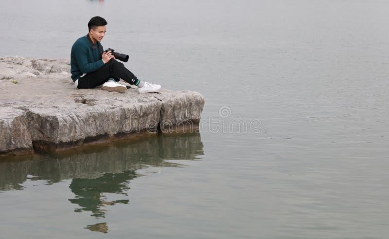 Aziatische Chinese mensenfotograaf in park royalty-vrije stock afbeelding