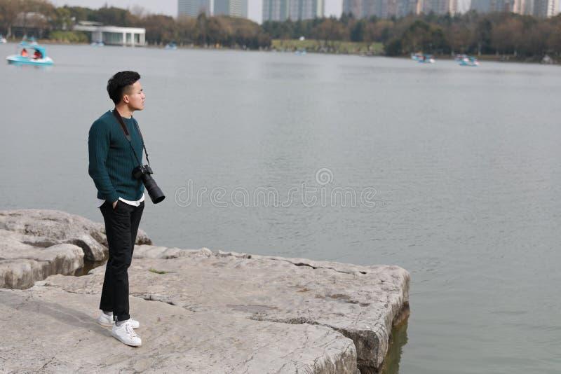 Aziatische Chinese mensenfotograaf in park royalty-vrije stock afbeeldingen